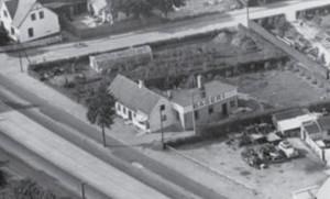 Bageren på Køgevejen nr. 710 hvor der nu er isbutik. Nedenfor til højre ses autoværkstedet som lå der frem til midten af 1950-erne. Vejen oven for er Pilevangen. (privatfoto)